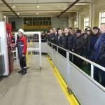 Участники дилерской конференции наблюдают за работой установки лазерной резки